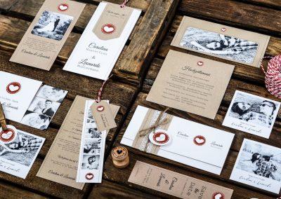Rustikale Hochzeitspapeterie im Kraftpapierdesign mit Herz Carolina und Leonardo - carinokarte