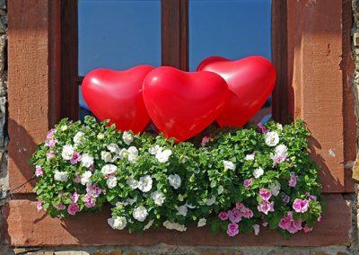herzluftballon-blumenkasten-dekoration-hochzeit-standesamt-heiraten-westeifel-werke 530x420